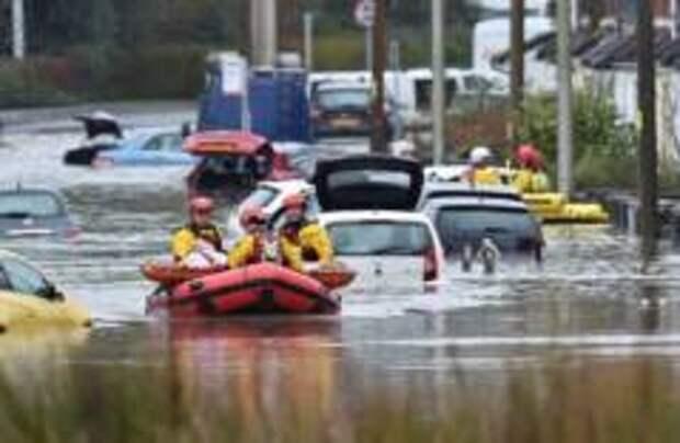 Ураган «Деннис» накрыл Британию