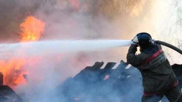 Пермские спасатели разбирают завалы на месте смертельного пожара в деревянном доме