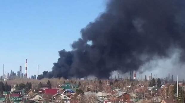 «20 пожарных машин пролетело»: у омского НПЗ загорелись цистерны с топливом