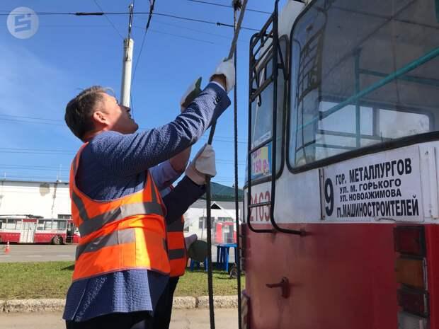 Глава Ижевска Олег Бекмеметьев попробовал управлять троллейбусом