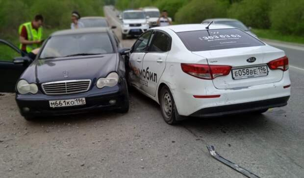 Таксист выехал навстречку ипротаранил два автомобиля насвердловской трассе