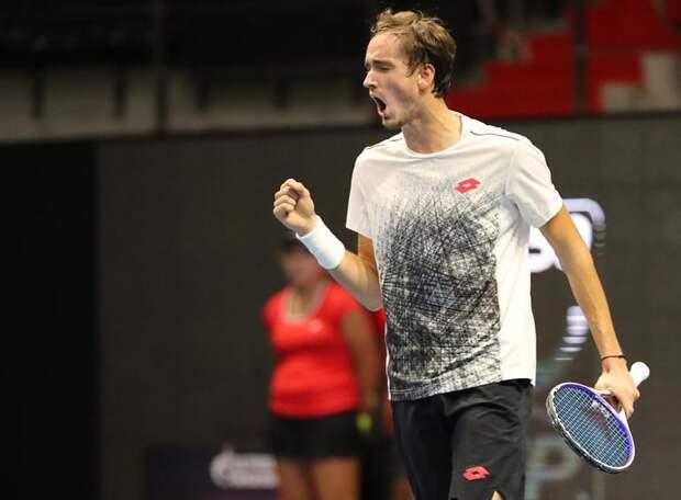 Медведев отыгрался за поражение сборной России. Даниил обыграл серба Новака Джоковича и с первого места в группе вышел в полуфинал!