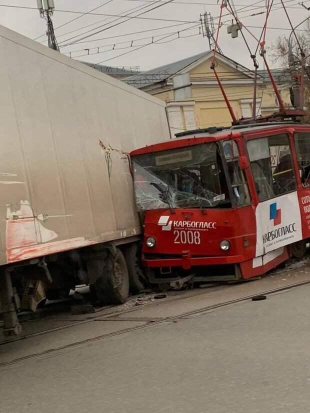 Трамвай и грузовик столкнулись на улице Ленина в Ижевске