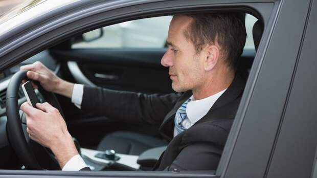 Водителей в РФ уже начали штрафовать за непристёгнутые ремни безопасности и телефоны в руках