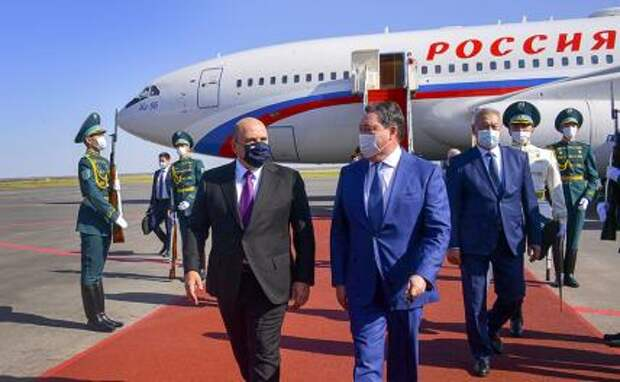 На фото: премьер-министр РФ Михаил Мишустин и премьер-министр Казахстана Аскар Мамин (слева направо) во время встречи в аэропорту в Нур-Султане 18 августа 2021 года.