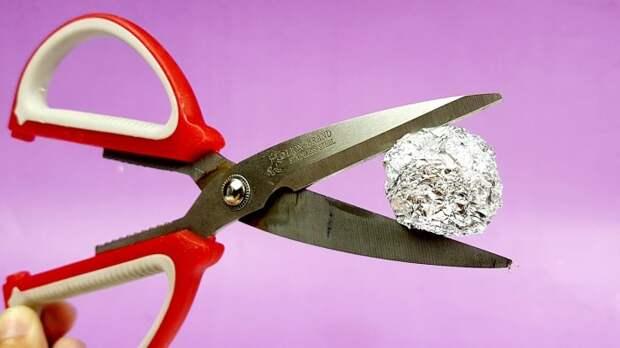 Простецкий способ заточить ножницы быстро и без наждачной бумаги или камня
