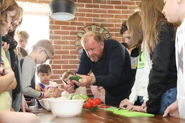 Взял шефство: звёздный повар Константин Ивлев проверил нижегородскую школьную столовую