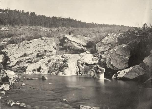 Человек купается в горячих источниках Пагоса, штат Колорадо. Снято в 1874 году.