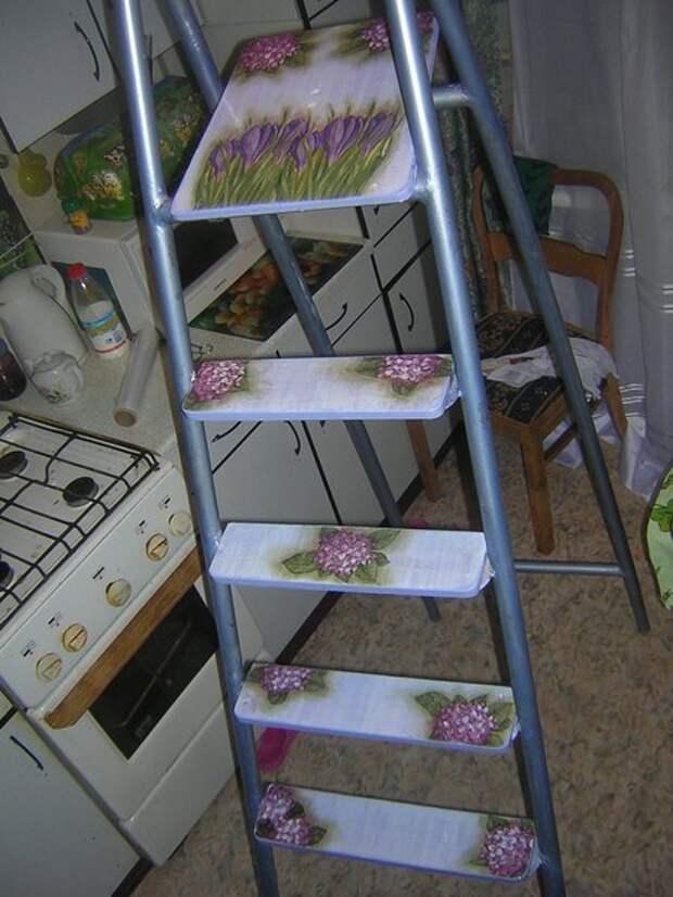 1. Начнем с того, что лестницу или стремянку нужно привести в порядок: помыть, покрасить, при необходимости применить технику декупаж дизайн, из старых вещей, лестница, своими руками, стремянка, фото