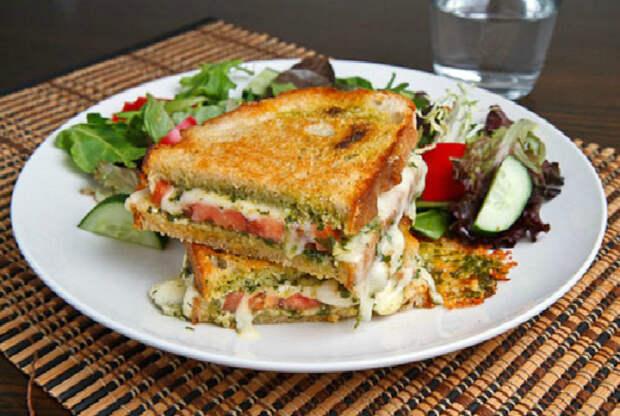 Сэндвич с сыром и помидором.