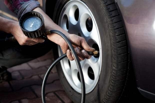 Проверка давления воздуха в автошине.