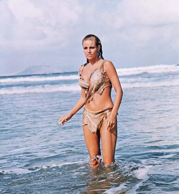 Raquel Welch, 1966.jpg