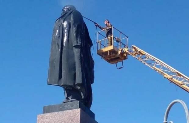 В Астрахани отмыли памятник Ленину