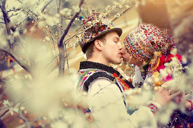 Свадьба гуцулов, котрые придерживаются таких свадебных традиций, каким следовали их родители и деды-прадеды.