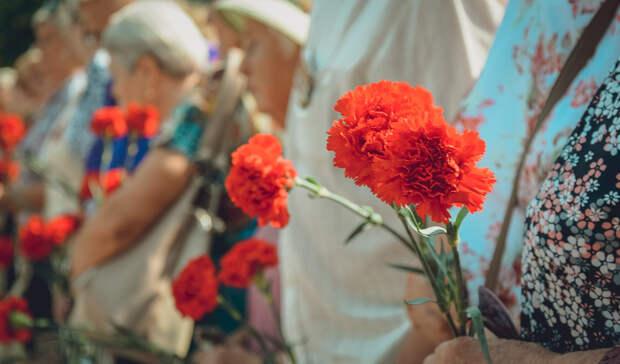 Жители Башкирии несут цветы и зажигают свечи в память о погибших в Казани