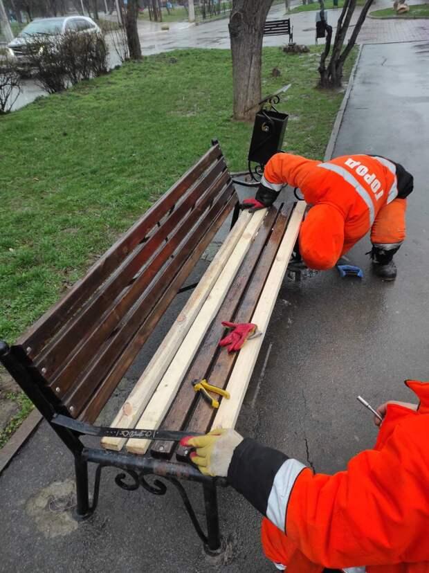 В посёлке Грэсовский отремонтируют поломанную уличную мебель