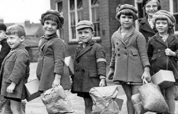 так одевались дети времен Второй мировой.