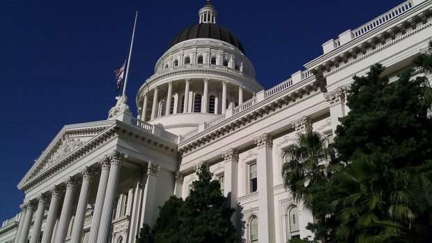 Полиция арестовала мужчину за бросание камней в здание Капитолия США