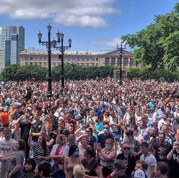 30 тысяч человек вышли на митинг в Хабаровске в защиту арестованного губернатора Сергея Фургала