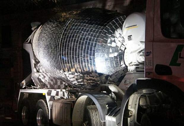 Бетономешалку превратили в огромный диско-шар (5 фото)