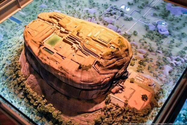 Сигирия — удивительный город, приютившийся на вершине скалы