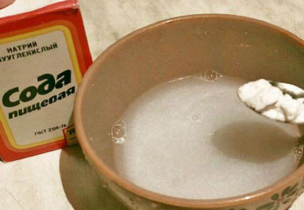 Сыпем обычную соду в фейри: чистим посуду до блеска