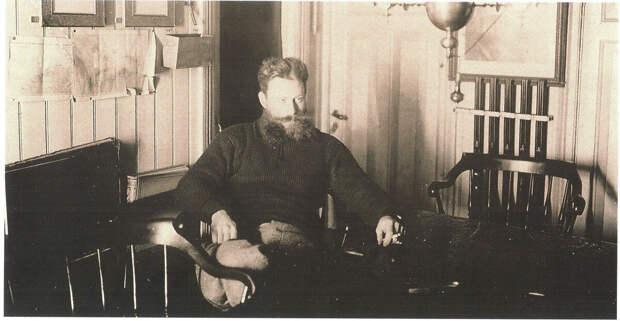 Командир яхты «Заря» лейтенант Н. Н. Коломейцев в кают-компании, 1900 г. Источник: wikipedia.org