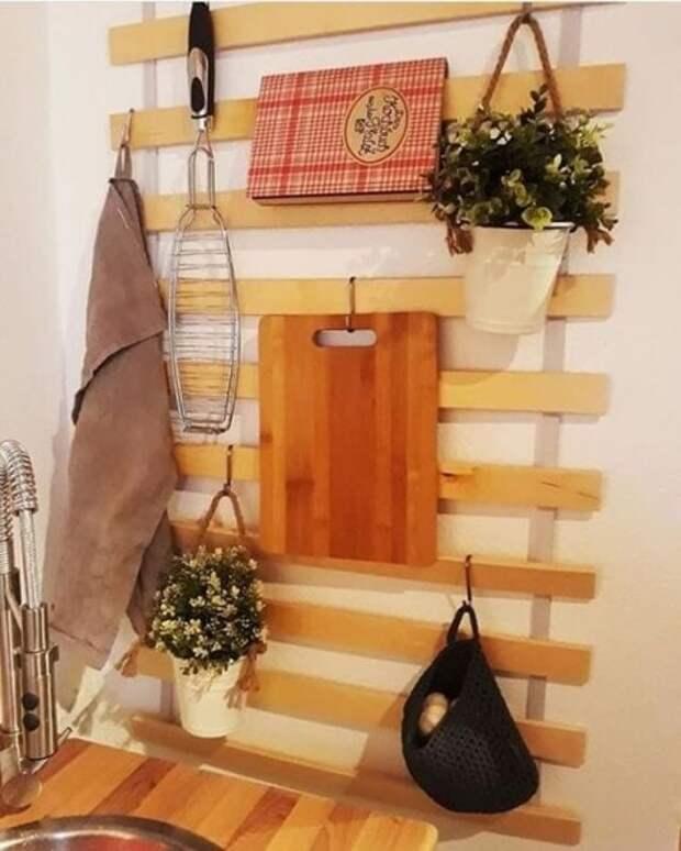 Необычные системы для хранения из каркаса от старой кровати