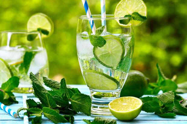 Вполне здоровая и оригинальная альтернатива газировке — детский мохито на основе домашнего лимонада