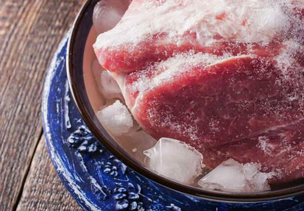 Долго размораживать мясо при комнатной температуре.   Фото: kawaikazan.ru.