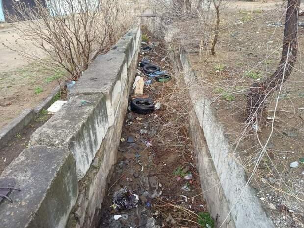 Жители жалуются на свалку мусора в водоотводной канаве в центре Читы