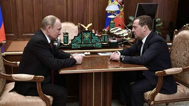 Президент РФ Владимир Путин и председатель правительства РФ Дмитрий Медведев во время встречи