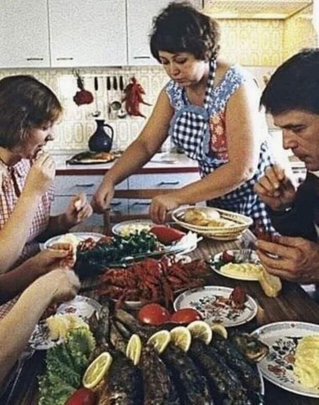 Вирусное фото «Завтрак советского инженера» оказалось фейком