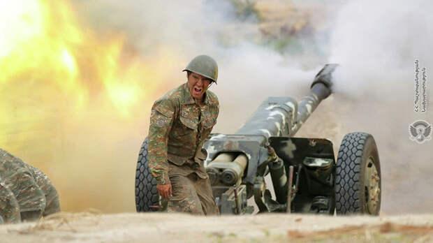 Военнослужащий стреляет из артиллерийского орудия во время боя с азербайджанскими силами в Нагорном Карабахе - РИА Новости, 1920, 01.10.2020