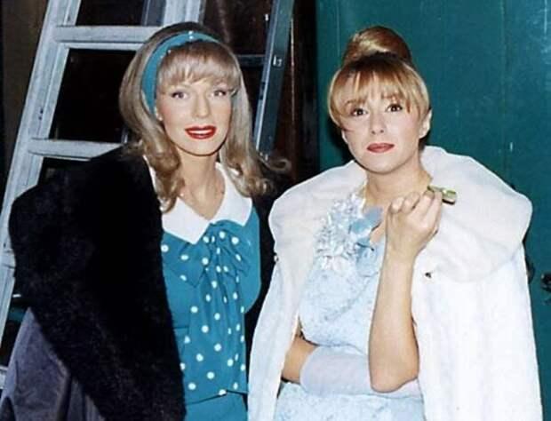 Наталья Ветлицкая и Алена Апина на съемках «Старых песен о главном-2», 1997   Фото: kino-teatr.ru