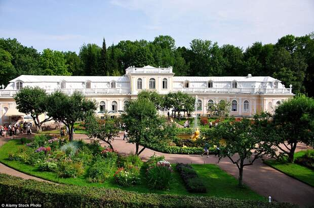 Петергоф известен своими многочисленными фонтанами. На фото: фонтан «Тритон» возле Большой оранжереи в Петергофе.