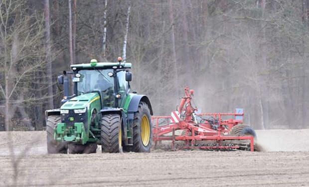 Фермер вспахивал поле трактором и случайно передвинул границу Франции на 2 метра