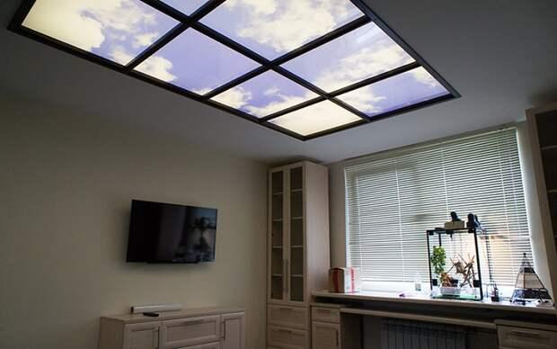 Потолочное фальш-окно очень красиво смотрится, но установка возможна не во всех помещениях. / Фото: freshsky.ru