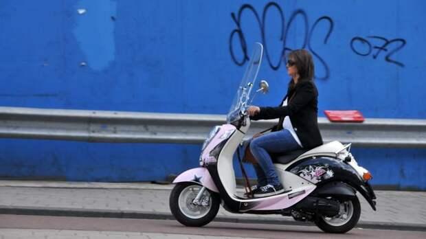В Ломоносовском районе девушка на скутере врезалась в отбойник и порвала лицо