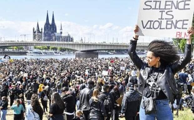 На фото: акции против расовой дискриминации и полицеского насилия в Германии после смерти в США афроамериканца Джорджа Флойда