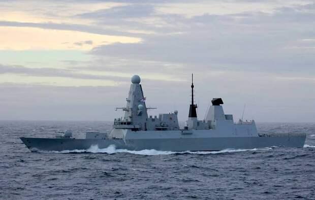Российские корабли открыли предупредительную стрельбу по курсу британского эсминца