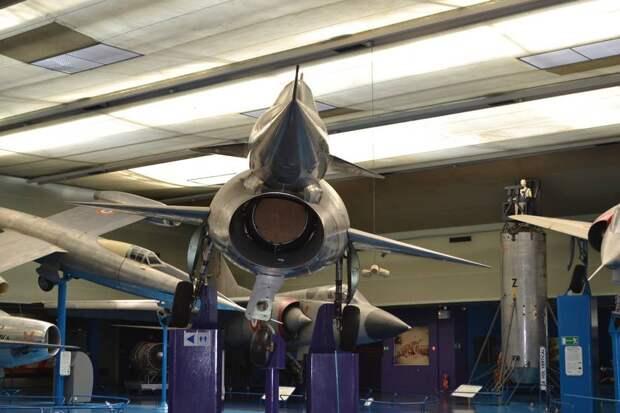 На самолете N.1500 «Грифон» были предприняты меры по отводу погранслоя с передней части фюзеляжа – он мешал бы работе силовой установки