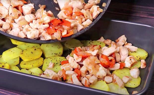 Кладем ингредиенты поверх картошки и ставим в духовку, а пока готовится, можно заниматься другими делами