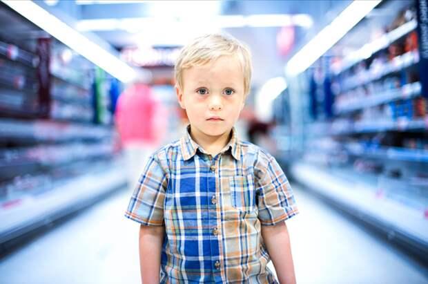 Обязательно предлагайте помощь растерянному одинокому ребенку/Fotobank