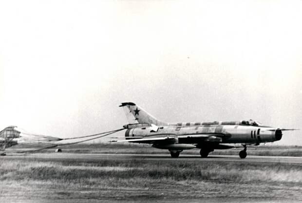 Посадка с тормозным парашютом борта 11 – тормозные щитки на хвостовой части выпущены