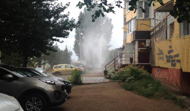 Вода растеклась повсей дороге: вЕкатеринбурге из-за аварии затопило улицу