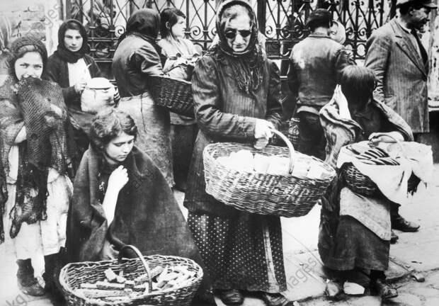 Jьdische Hдndlerinnen Wilna / 1915 - Jewish saleswomen Vilnius / Photo, c. 1915. -