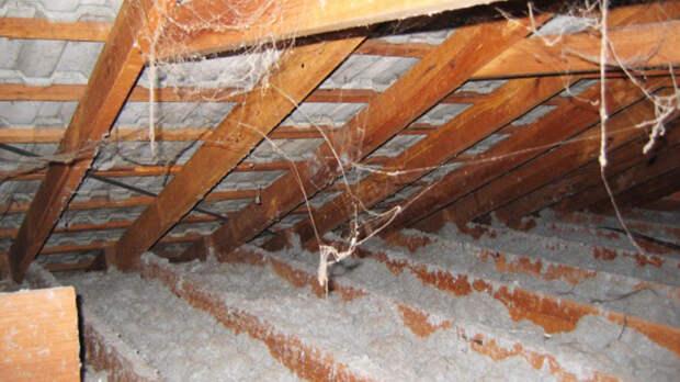 Изоляция крыш В 1960-70-ых годах, когда многие ученые уже заявляли об опасности асбеста, две компании из Австралии начали использовать его рыхлую разновидность для изоляции чердаков в сельской местности. На данный момент существуют еще несколько тысяч домов, загрязненных этим канцерогеном.