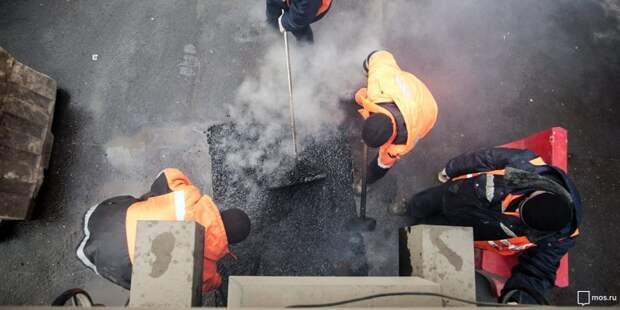Коммунальщики устранили яму на улице Гризодубовой