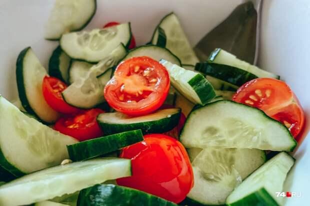 Хотите максимум пользы — ешьте огурцы и помидоры по отдельности